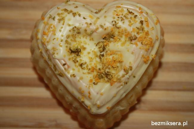 Babeczka cytrusowa w kształcie serca z białą czekoladą
