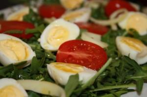 rukola z pomidorkami i jajkami