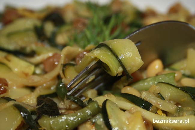 Cukinia z anchois i orzeszkami