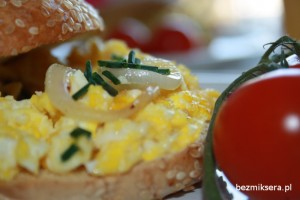 Jajecznica podawana z bajglem
