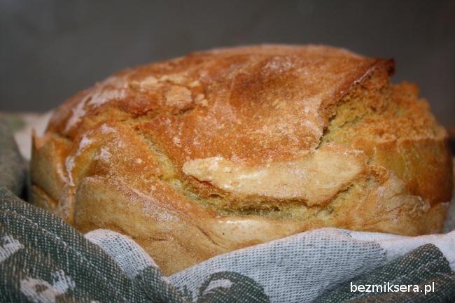 Chleb pszenno-kukurydziany tuż po wyjęciu z garnka