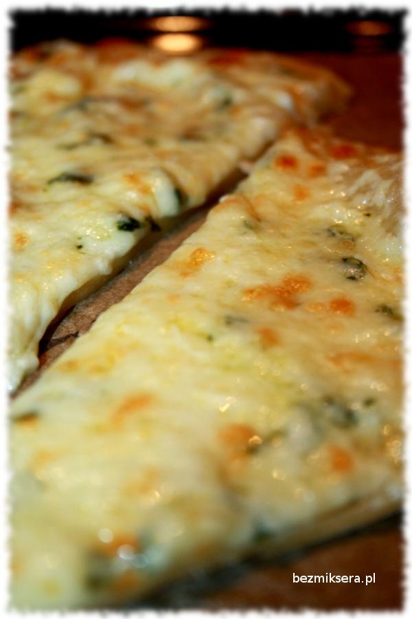Pizza biała z bazylią na cienkim cieście