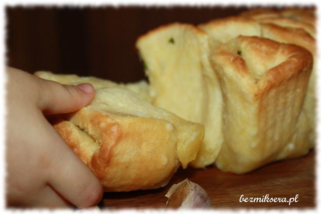 Chlebek z masłem czosnkowym