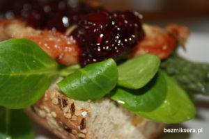 kanapka z indykiem i szparagami