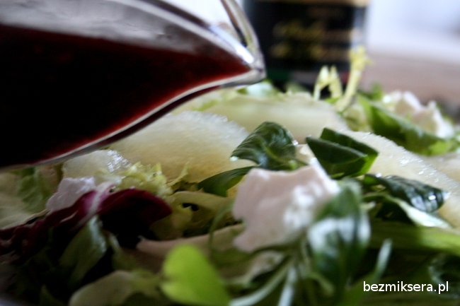 Sałata z kozim serem i sosem malinowym