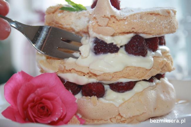Tort bezowy z kremem różanym i malinami