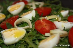 rukola z przepiórczymi jajkami
