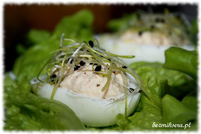 Przepis na jajka faszerowane musem z wędzonego pstrąga