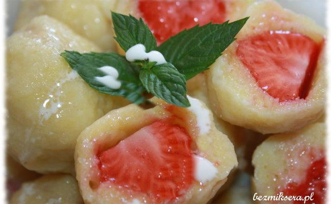 Przepis na knedle twarogowe z truskawkami